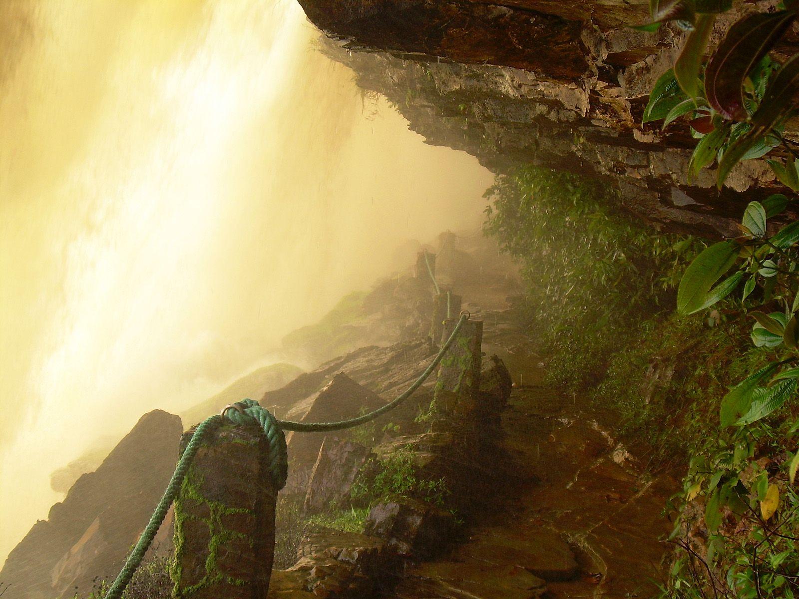 Водный туннель под водопадом Сапо
