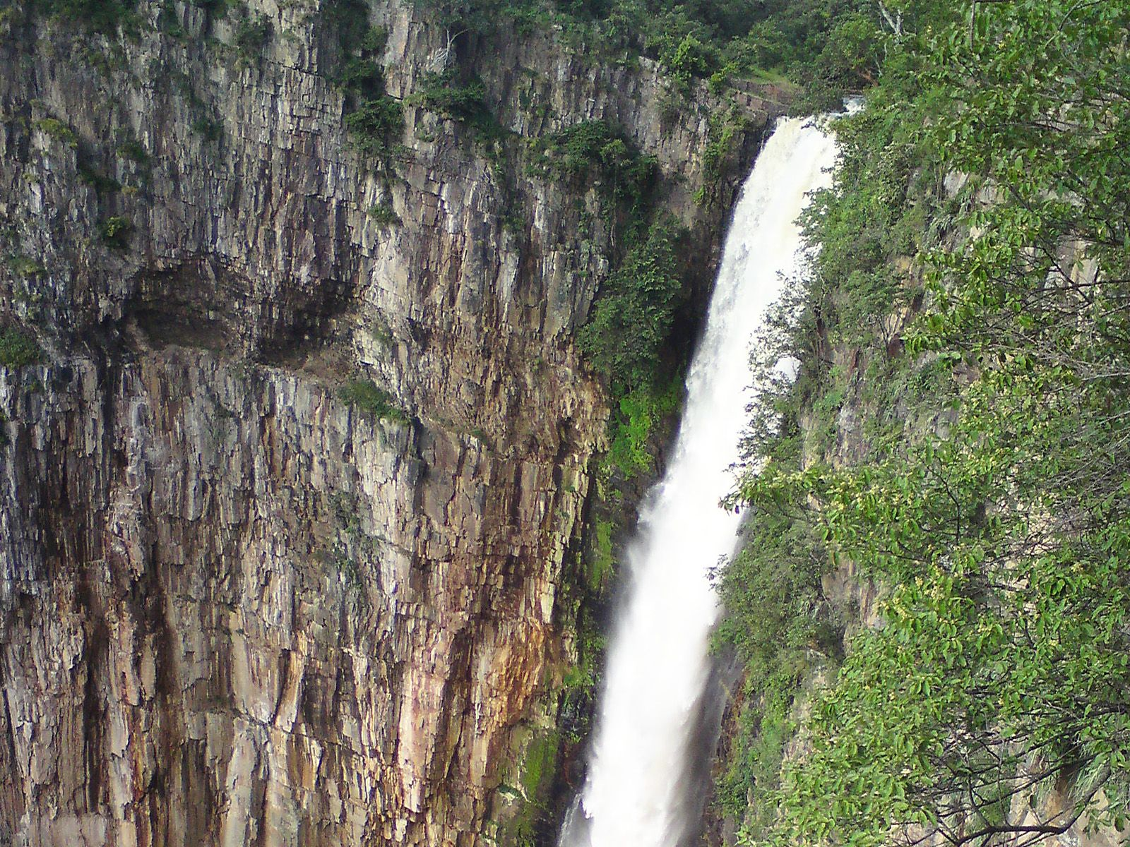 Ниже по течению от водопада река