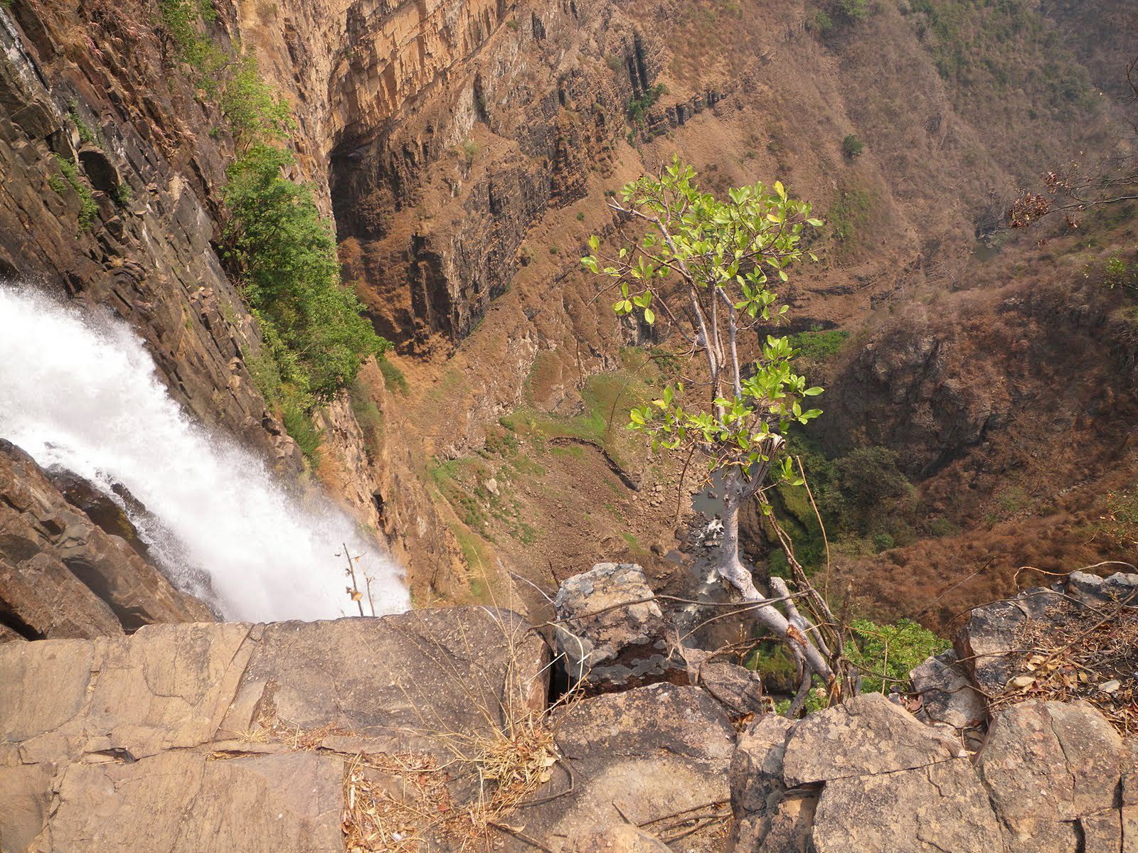 Водопад Каламбо сверху вниз