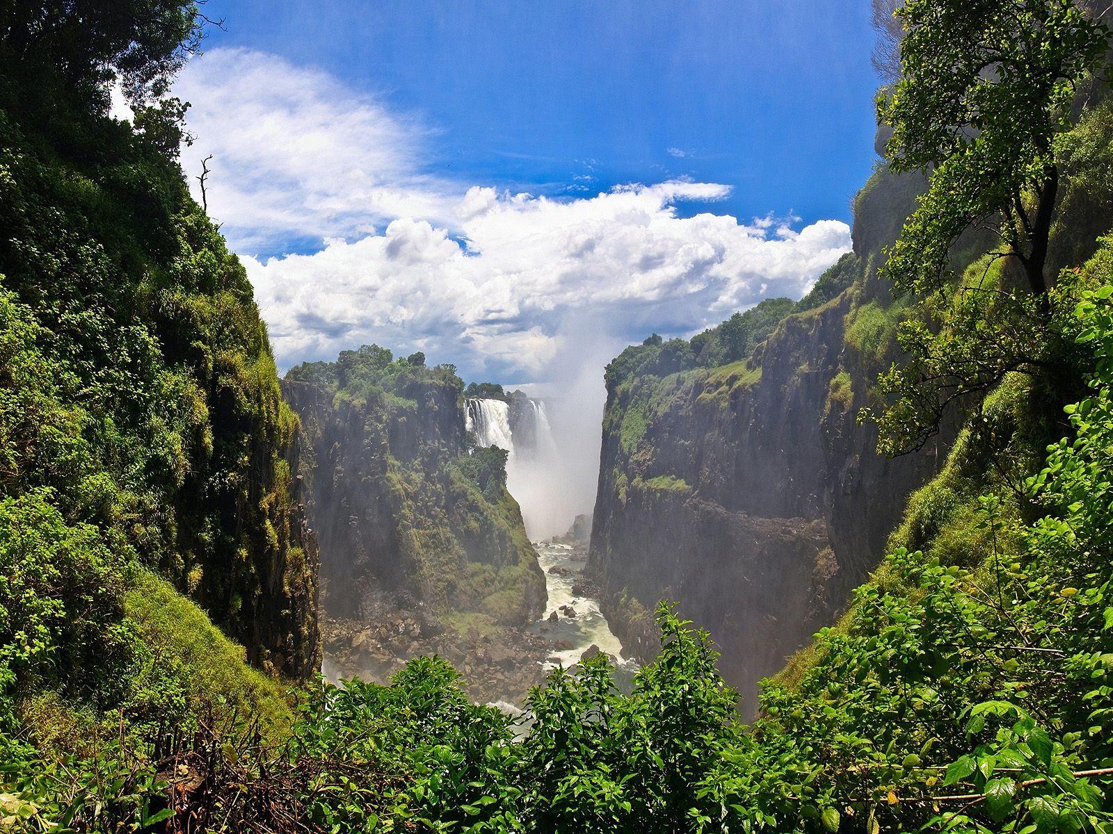 Пейзаж с водопадом Виктория
