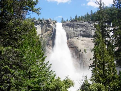 Бурлящий водопад невада издалека nevada