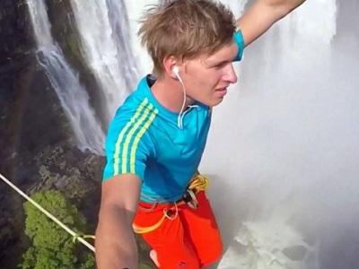 Экстремал над водопадом Виктория