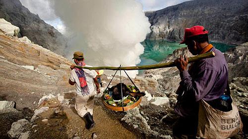 Шахтеры вулкана Иджен
