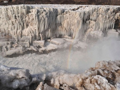 водопад Хукоу покрытый сосульками
