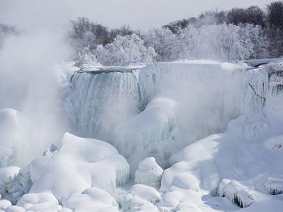 Морозы сковали ниагарский водопад